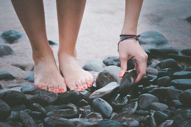 Stopy na kamieniu